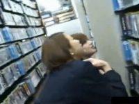 【エッチ動画】 【アダルト動画】レンタルビデオ屋でしゃがみこみDVDを選ぶ学生二人組のパンモロゲット