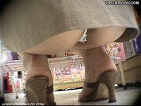 【無料エロ動画】 【アダルト動画】買い物中の美下半身幼な妻に近付き、逆さ撮りでモロパン盗み見!TSEXがズレお尻の穴まで見えちゃう!