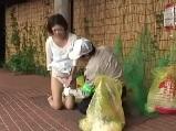 【H動画】 【アダルト動画】清掃員にゴミの分別が出来ているか確認された奥様が・・・