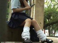 【無料エロ動画】 【アダルト動画】待ち合わせ中のミニスカ通学服女子高生を対面撮りパンモロ隠し撮り!!!セクシーな脚にギャソックスは神!
