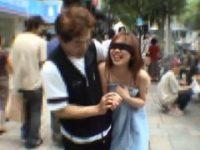 【H動画】 【アダルト動画】目隠しにランジェリーにBUSタオルな今時ギャルを繁華街へ連れ出し散歩☆☆☆