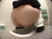 【エッチ動画】 【アダルト動画】【 覗き見ムービー 】ゲーセンのSHOP店員が通学服学生を標的に女子便所に小型カメラ設置して尿を隠し撮り♪♪♪