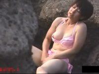 【エッチ動画】 【アダルト動画】【 隠撮movie 】岩場に隠れてアウトドアG行為に没頭するビキニスイムスーツのスイカップ御姉さんを発見♪♪♪