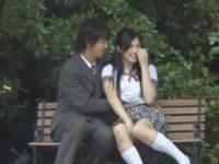 【無料エロ動画】 【アダルト動画】久しぶりに女子高生ユニフォームに袖を通した黒美髪美女が人通りのある公園でドキドキえっち