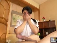 【H動画】 【アダルト動画】指の間から巨チンを確認するムッツリ変態なおばさんサロン師