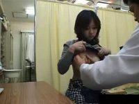 【エロ動画】 【アダルト動画】スマートで国宝級パイオツな美女が病院で診察を受けるシーンを盗み見!!!服を捲られパイオツが丸見えに!