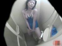 【エッチ動画】 【アダルト動画】【無●正隠し撮りムービー】某プールのシャワー室とWCでスクールビキニ姿のまま自家発電 行為する美魔女を隠し撮り★