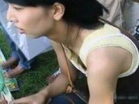 【エロ動画】 【アダルト動画】【胸チラ隠撮movie】子連れ母さんがチルドレンの世話に夢中で斜め上から乳首筋を撮りまくる。。。