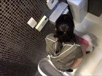 【エッチ動画】 【アダルト動画】女子WCの個室を頭上から盗み見しちゃいました☆気付かず気持ちよさそうに放尿する女性達♪