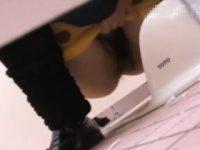 【H動画】 【アダルト動画】【無●正覗き見movie】女性のWCを覗きたくてキチガイ男が身を潜ませ、ドアの隙間から放尿シーンをマジ取材!!!!!!!!!