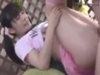 【H動画】 【アダルト動画】【JS ロリ動画】変態おやじに汚される小学生のような貧乳&#235相互フェラ;女が幼いロリまんこをかき回される近親相姦野外プレイ動画!
