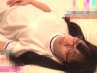 【エロ動画】 【アダルト動画】【JC ロリ動画】寝息をたてながら眠っている体操服ブルマ姿のメガネっ娘を盗撮しながら服を一枚一枚ゆっくりじっくりイタズラしながら脱がしちゃおう!