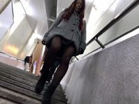 【H動画】 【アダルト動画】超美足なおぱんちゅストッキング美女を尾行!!!こっそり近付きミニスカの中身を逆さ撮りし、はみパンをゲット!!!