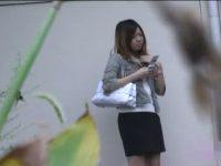 【アダルト動画】 【アダルト動画】屋外で美女を狙い、ミニスカを剥ぎ取るDQNないたずらの様子を覗き見しちゃいました♪