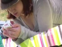 【H動画】 【アダルト動画】公園の芝生で幼いを遊ばせるスイカップ人妻のエロ過ぎる胸の谷間を執念の覗き見★