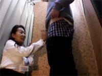 【エロ動画】 【アダルト動画】試着室で汚チ●ポをシコシコ&しゃぶっちゃうオバサンショップスタッフ