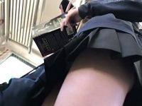 【エッチ動画】 【アダルト動画】階段で通学服jkの食い込んだ黒の生おぱんちゅを接写モロパン盗み見成功w