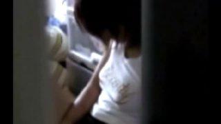 【H動画】 【アダルト動画】帰宅してすぐにユニフォームを脱いで気持ち良さそうに自家発電 してる実妹を覗き見する変質者お兄w