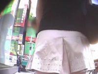【エロ動画】 【アダルト動画】風で捲れてヒラヒラ揺れるミニスカートの生足今時ギャルの白い太ももが堪らない。